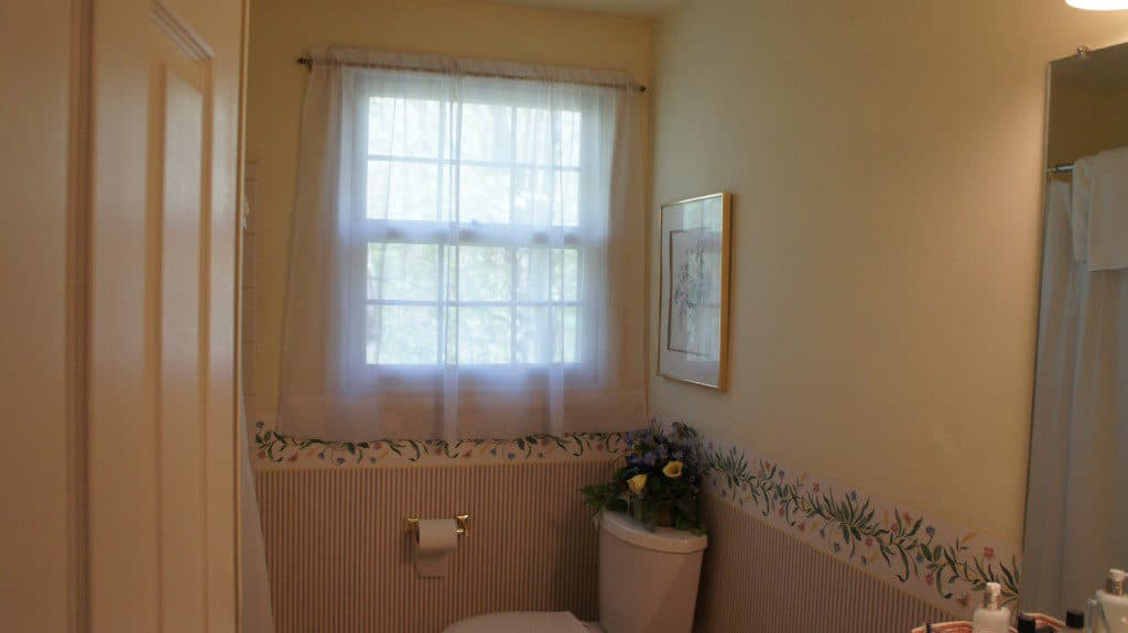 bathroom before with wallpaper and border