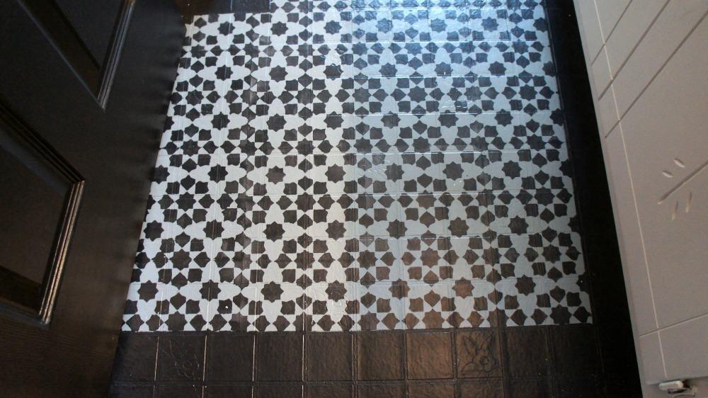 painted vinyl floor | painted vinyl floor bathroom | stenciled floor | stenciled vinyl floor | DIY painted vinyl floor | budget floor | flooring update