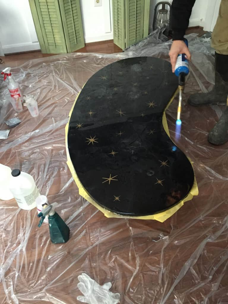 Make a retro resin table featuring a kidney bean shape, hairpin legs, starburst and glitter! #resintable #fabflippincontest #retrofurniture #retrodecor