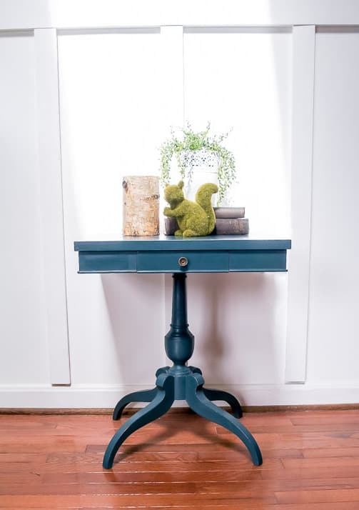 A painted side table makeover goes from boring to beautiful. #paintedfurniture #countrychicpaint #sidetable #paintingfurniture