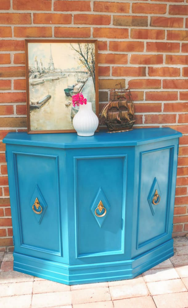 Looking for a bold furniture makeover? This MCM console table was painted in Reverie by Country Chic Paint for a bold new look. #paintedfurniture #furnituremakeover #countrychicpaint