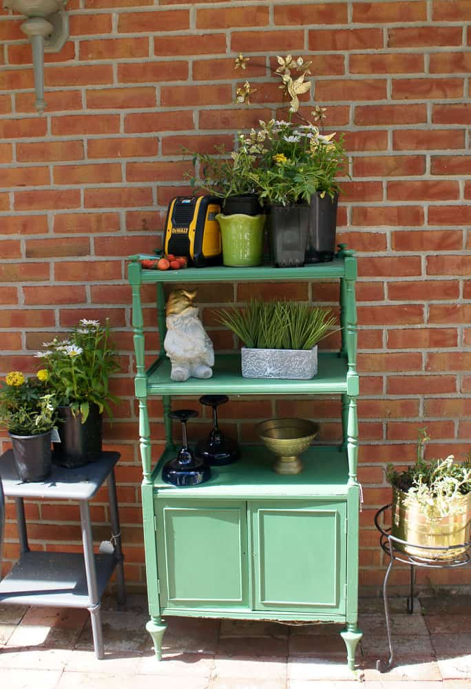 Looking for simple ways to add color to your patio decor? Here are some easy ways to add color to your outdoor decor, while still letting nature shine.
