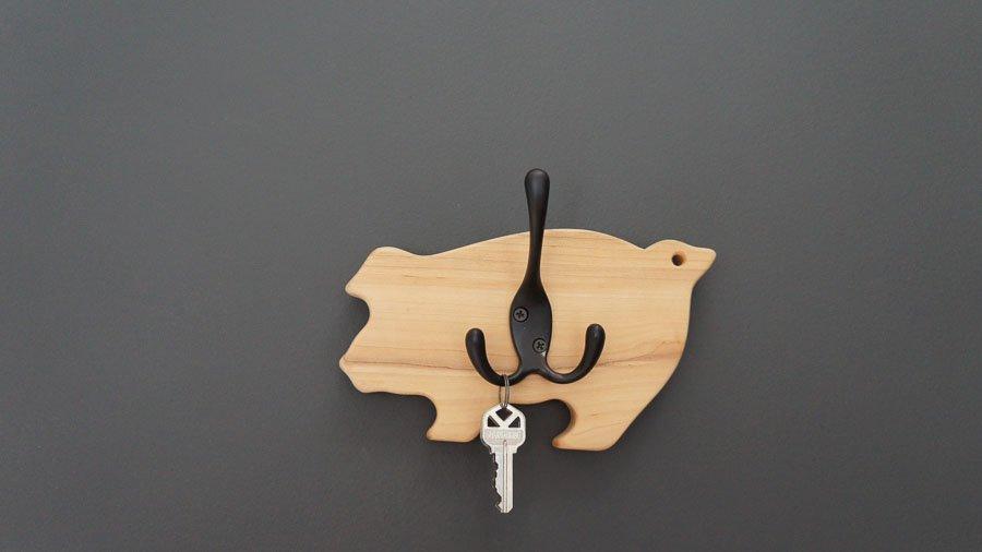 diy key holder from pig cutting board