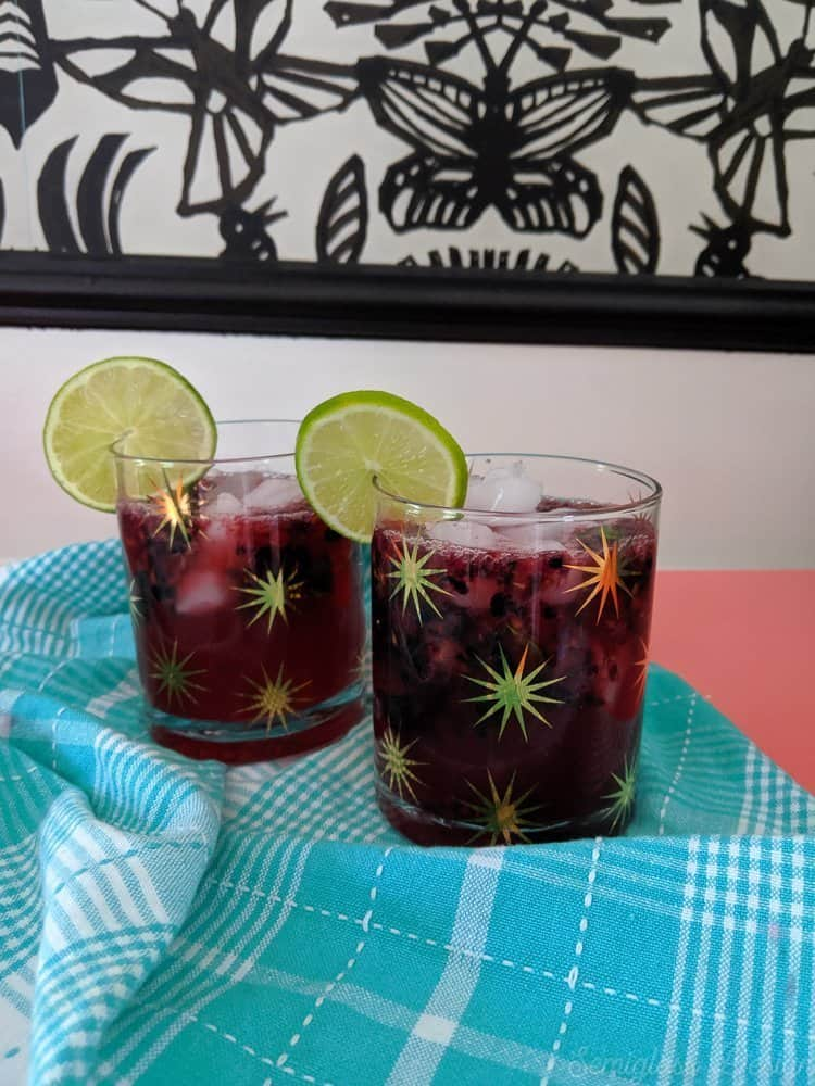 blackberry mojitos with lime slices
